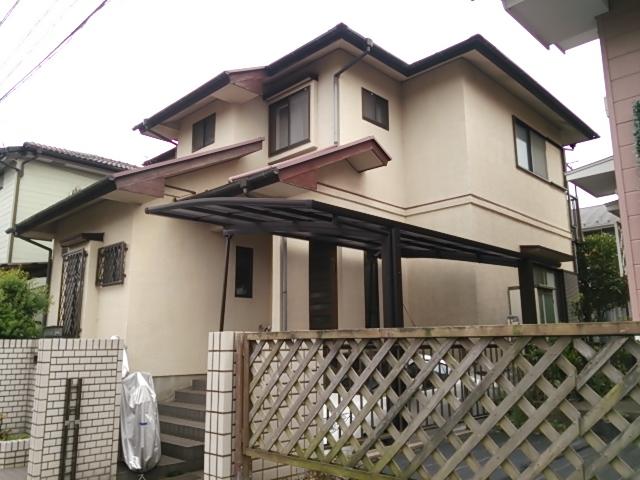 外壁にクラックが多く発生し、屋根は塗膜の剥離や苔の発生が見受けられました。