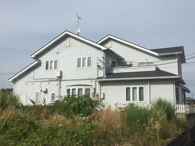 目地シーリングの劣化・塗膜の劣化・屋根の苔の発生が見受けられました。