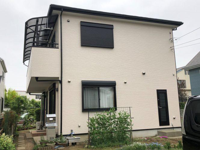屋根をガルバリウ鋼鈑の屋根材でカバーし、外壁は汚れのつきにくい塗料で施工いたしました。